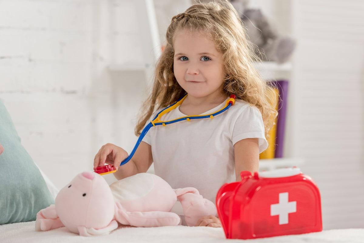 Ein Arztkoffer ist ein sinnvoles Spielzeug ab 3 Jahren