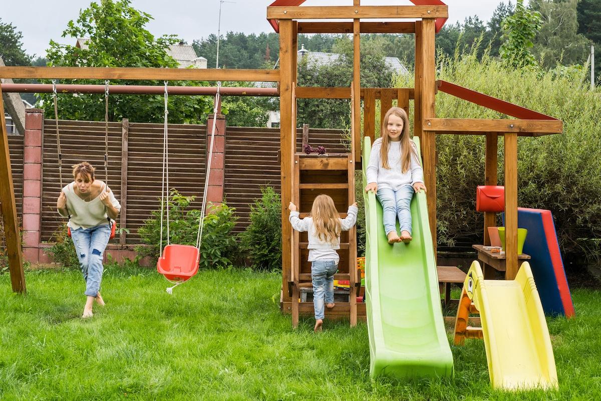 Familie hat Spaß im Garten