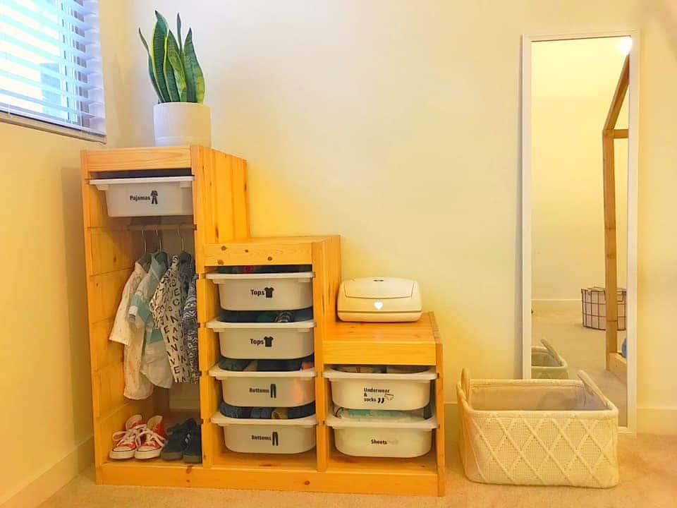 Montessori Kleiderschrank mit Etiketten und Wäschekorb