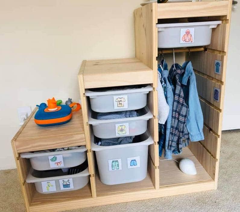 Montessori Kleiderschrank mit Etiketten