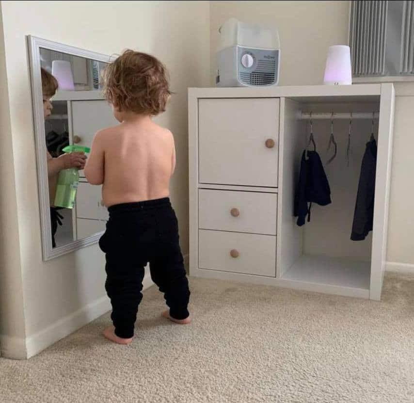 Kleinkind vor einem Montessori Kleiderschrank