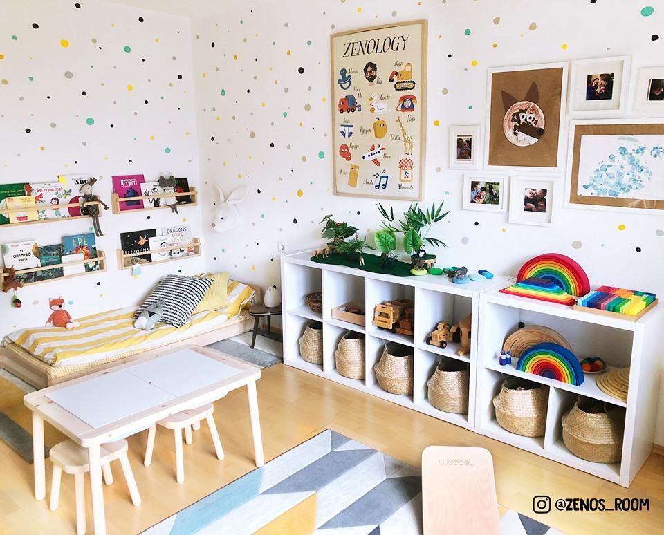Montessori Kinderzimmer mit Bodenbett Sniglar ohne Beine, Regal und Tisch
