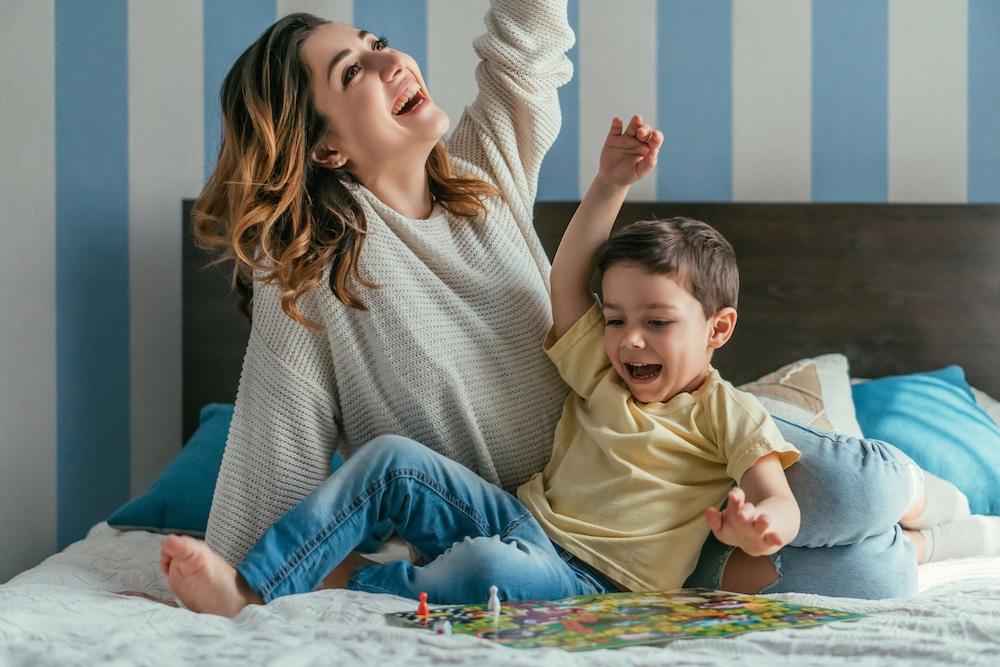 Mutter und Kind spielen Gesellschaftsspiel