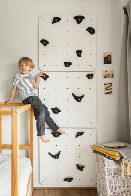 Kinderzimmer-Kletterwand mit Griffen