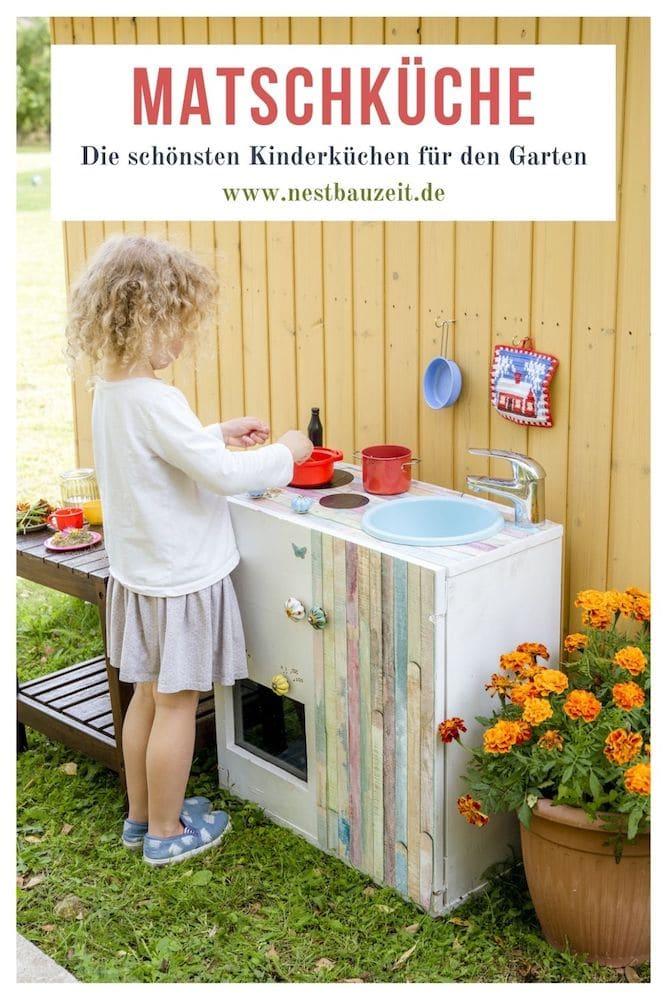 Mädchen spielt mit einer Matschküche im Garten