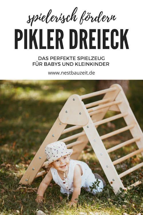 Baby nutzt Pikler Dreieck als Tunnel zum krabbeln.