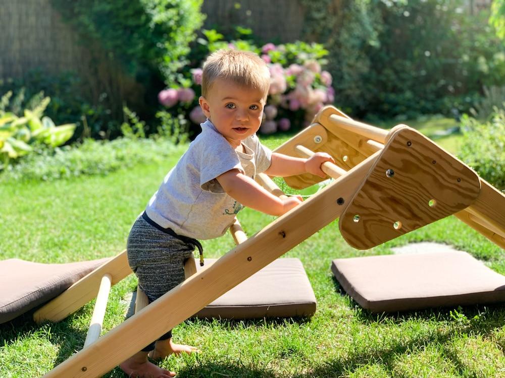 Baby mit Pikler Dreieck