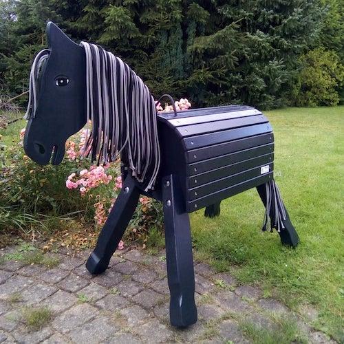 Schwarzes Gartenpferd aus Holz für Kinder