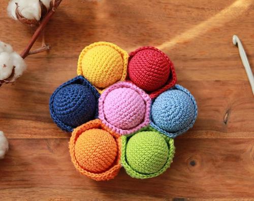 Gehäkeltes Farb-Sortierspiel mit 7 Bällen