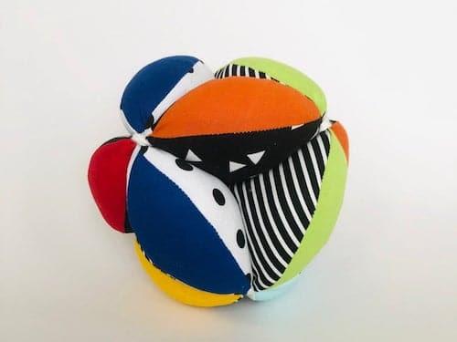 Der Montessoir-Puzzle-Ball ist ein beliebtes Montessori-Babyspielzeug