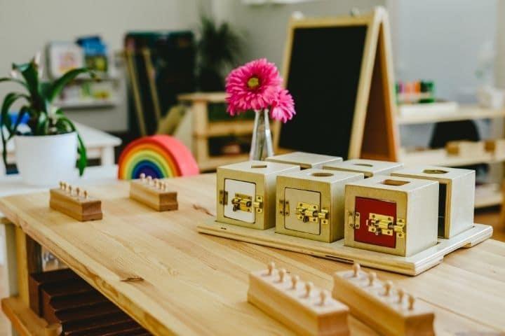 Zimmer mit Montessori Spielzeug und Material