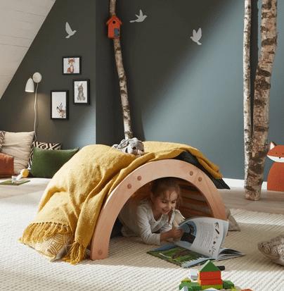 Kind nutzt Ecolignum Kletterbogen als Höhle