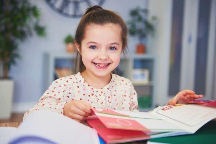 Mädchen lernt mit Kinderlexikon