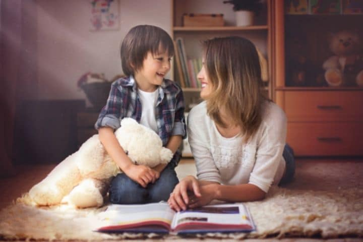 Mutter und Sohn lesen Märchenbuch