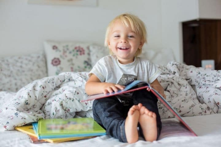 Kind betrachtet Bilderbuch