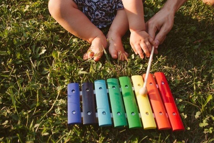 Baby spielt mit Musikspielzeug